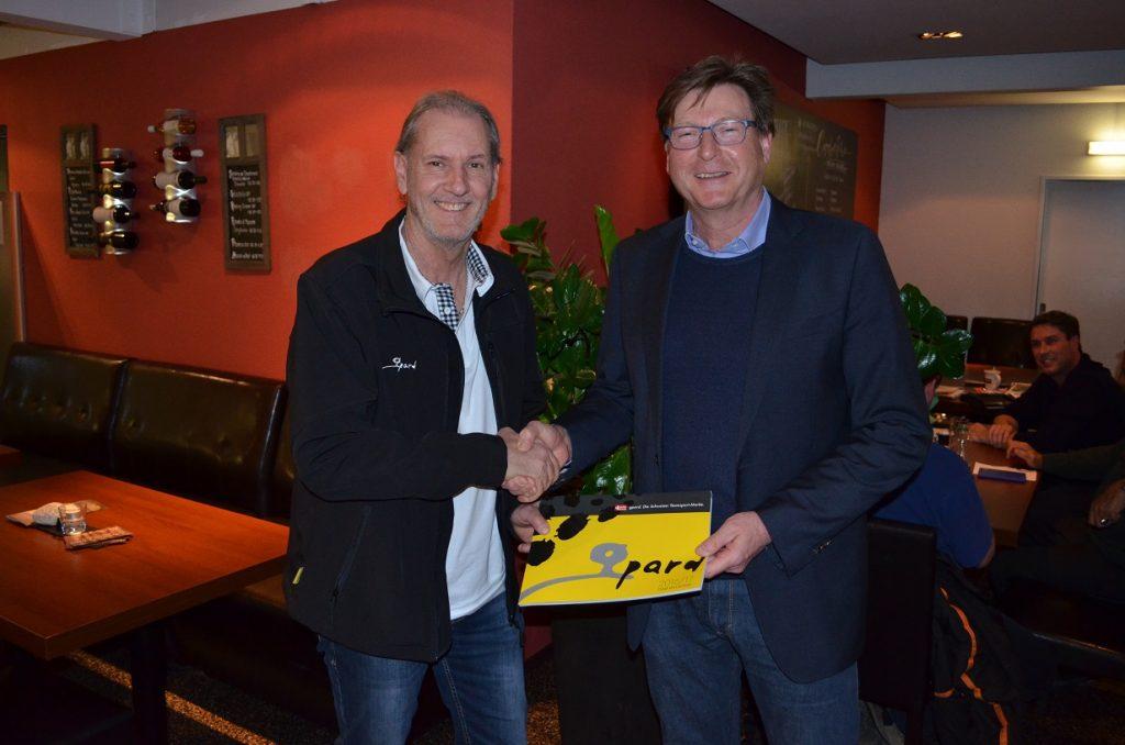Urs Biedermann, swiss sportsystem AG und Daniel Geisselhardt, Präsident FC Kreuzlingen bei der Vertragsunterzeichnung