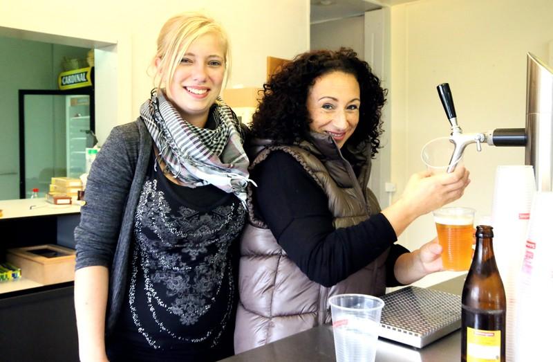 Sarah und Carmen führen das FCK-Club-Beizli an den Heimspielen mit viel Charme und Professionalität.