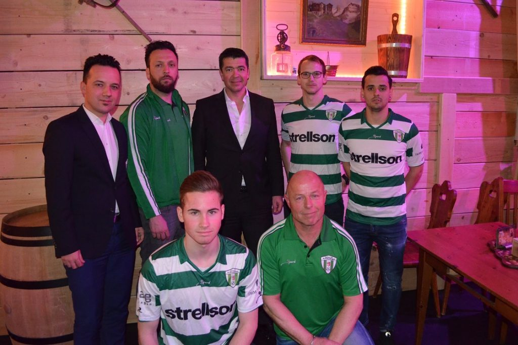 CEO Strellson Dr. Marcel Braun mit Spielern und sportlicher Leitung der 1. Mannschaft